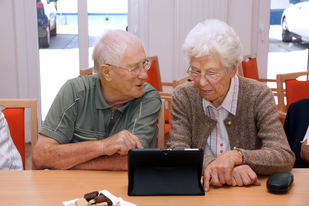 senioren nutzen tablet pcs f r kontakt mit den enkeln. Black Bedroom Furniture Sets. Home Design Ideas